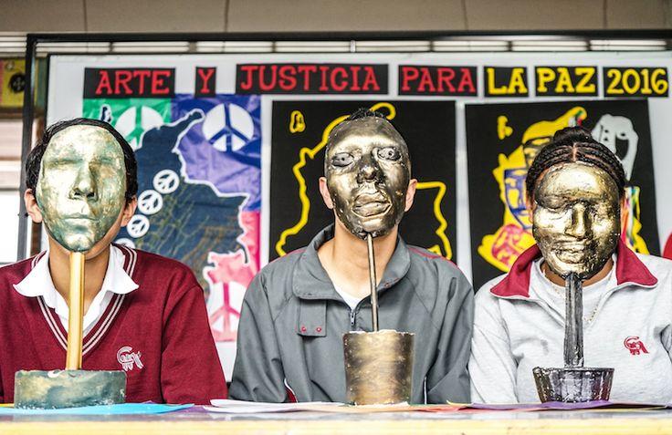 Jóvenes con máscaras