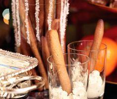 Servera pepparkaka och ädelost på nytt, roligt och lyxigt sätt! Pepparkaksgrissini får du enkelt genom att rulla och grädda stänger av vanlig pepparkaksdeg. Dippa sedan i en krämig dipp på ädelost och créme fraiche. Njut!