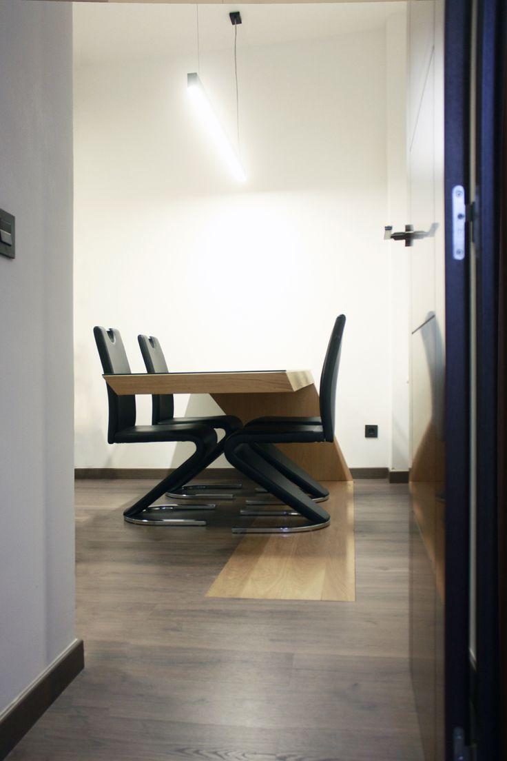 Se trata de una mesa de diseño moderno, su principal particularidad es su inicio desde la superfie del suelo y acabando en voladizo.