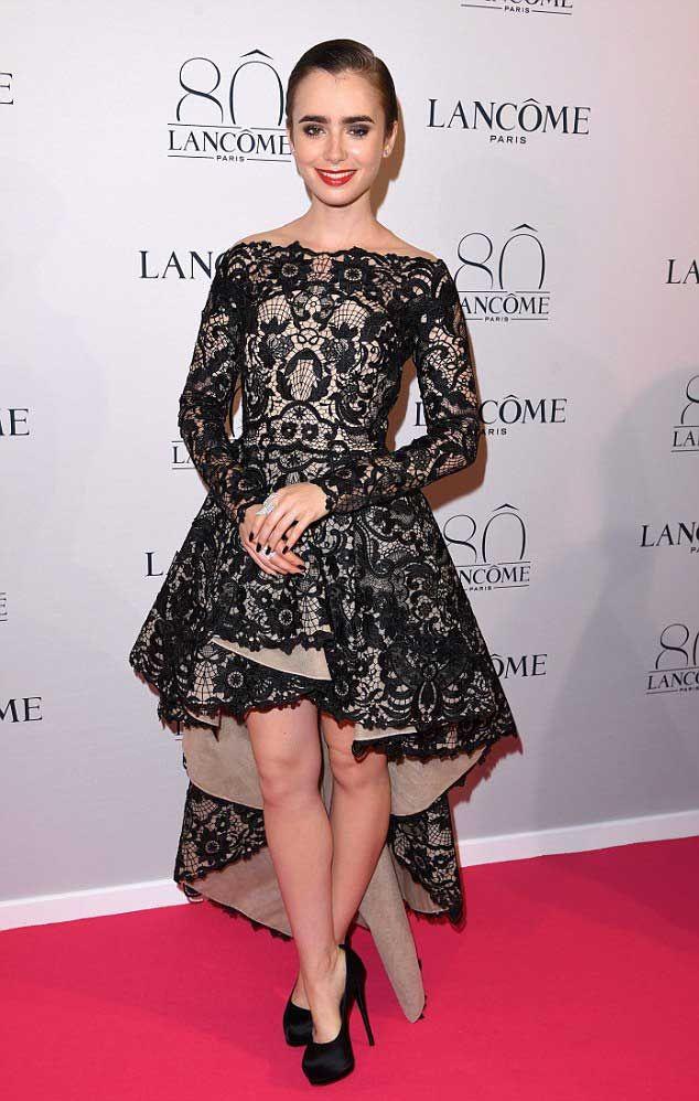 Lily Collins - Lancôme 80 anos. Vestido mullet, estilo vintage que caiu feito luva nela.