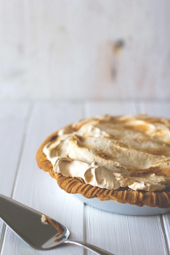 Zum Abschluss der diesjährigen Rhabarber-Saison: Rhabarber-Baiser-Pie aus Mürbeteigboden, Rhabarber-Curd und Eischnee-Haube