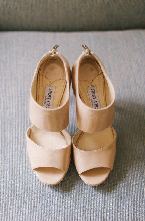 The habit to choose wedding shoes that coincide with your wedding dress in color has gone away, and modern brides dare to rock super cool contrasting shoes!