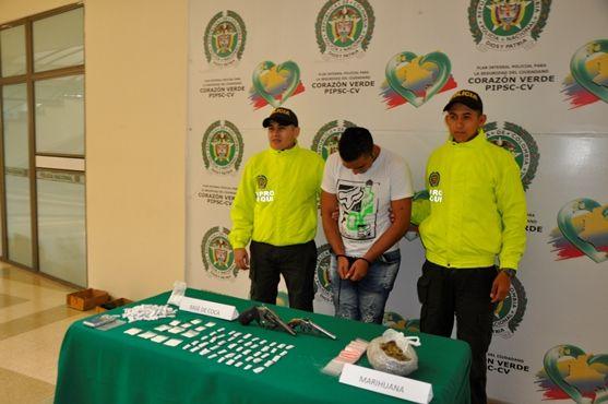 La Policía Nacional aprehende a un menor y captura a un adulto.