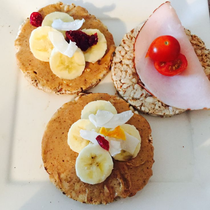 Speltcrackers with organic nutbutter, banana & dried fruit on top and turkey with cherry tomatoes