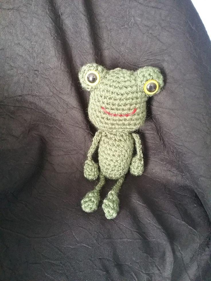 Joli doudou grenouille réaliser au crochet Matériaux utilisés: Acrylique Joli doudou grenouille verte réaliser au crochet fait entièrement à la main. Parfait en porte clés sur un sac à main ou encore suspendu dans la voiture. Contour en laine 100% acrylique...