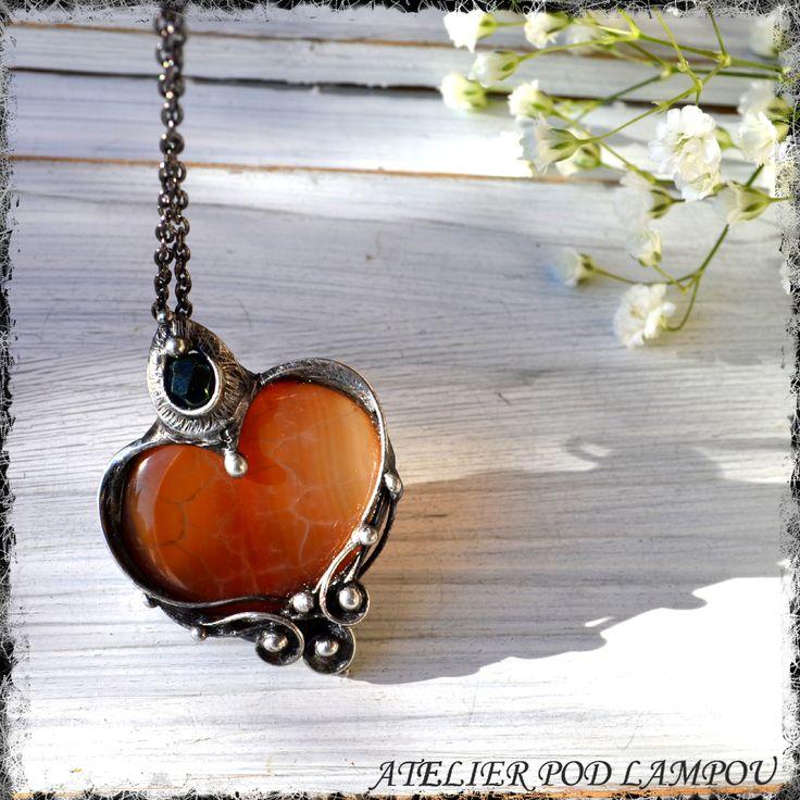 Statečné+srdce+Šperk+z+achátu+a+skleněného+korálku+,šperk+patinován,leštěn+a+povrchově+ošetřen.+Řetízek++48cm(mohu+upravit).+Barva+se+může+lišit+dle+nastavení+vašeho+počítače.++ACHÁT+spojuje+naši+duši+s+vibracemi+Země,+jež+nám+pomáhají+udržet+rovnováhu+ve+zmatcích+a+útrapách+každodenního+života,+zůstat+sami+sebou+a+dokázat+odvahu+a+výdrž.+...
