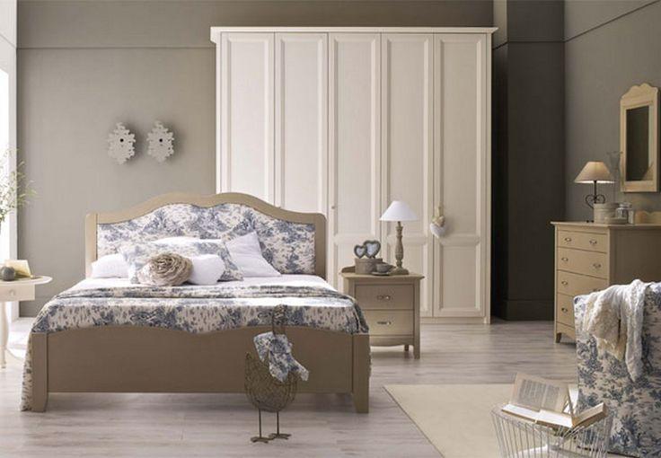 Спальня в классическом стиле, состоящая из шкафа, кровати, комода и тумбочки.