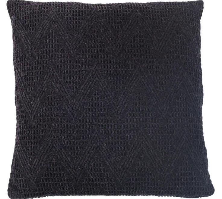 Dit zwarte, gehaakte kussen van wol maakt je huis gezellig! - Goossens wonen & slapen
