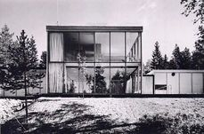 Tres casas en Planetveien Arne Korsmo y Christian Norberg-Schulz diseñaron una pequeña urbanización de diez viviendas en la ladera de Vettakollen con vistas hacia el valle del fiordo de Oslo, de la que solo se construyeron tres en 1955, dos de ellas como sus propias viviendas y la tercera para el propietario del terreno. Korsmo y Norberg-Schulz vieron el proyecto como una oportunidad para repensar el tipo de casa suburbana en el contexto de los avances técnicos y sociales de la posguerra…