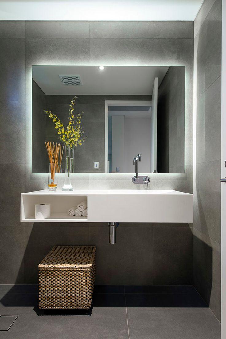Banheiro com iluminação em LED atrás do espelho Mais