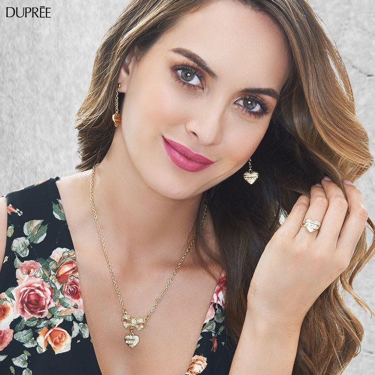 Collar, aretes y anillo dorados, elegantes y perfectos para una ocasión especial.