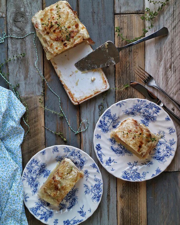 Hoy os propongo una lasaña o pastel de patatas y jamón cocido muy fácil de hacer. Me encantan las patatas, podría irme a una isla desier...