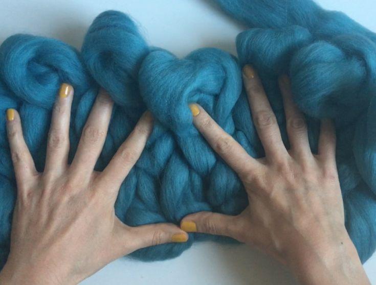 Şiş kullanmadan, kolda, ellerimizle dev örgü battaniye nasıl yapılır, en kolay öğreten videoyu çektiğimize inanıyoruz. 10marifet.org'da dev örgüler nasıl yapılır, videolu anlatımlar var.