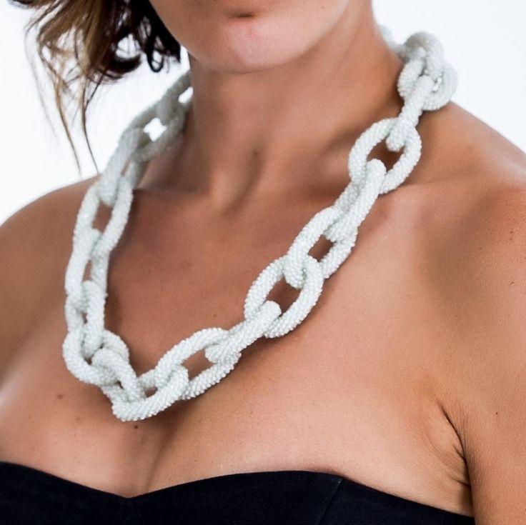 Collar elaborado artesanalmente conhilo de algodón y mostacillas, que se han enebrado minuciosamente dentro del hilo y se ha tejido en punto bajo de crochet cada tubo que conforma el eslabón de la cadena.