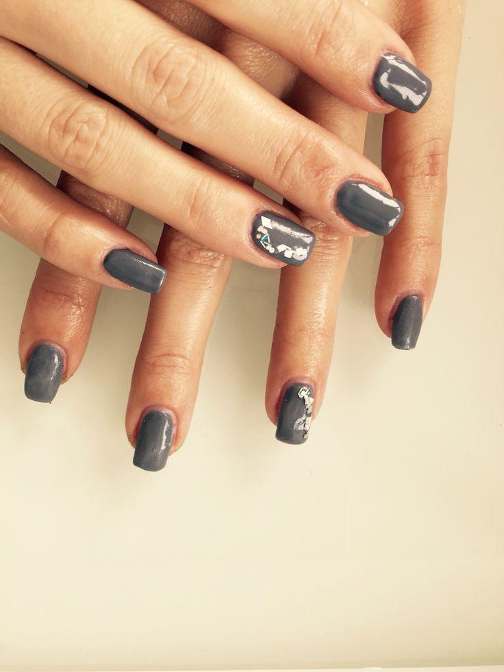 Ongles en gel gris + nail art argent