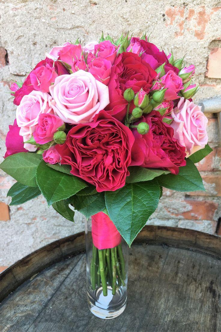 Brudbukett med olika rosor i rosa-cerise. Austin, Heaven och kvistrosor