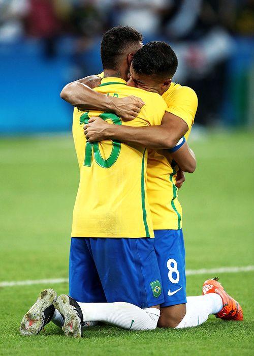 Neymarは、リオで2016年8月20日にリオ2016オリンピックの第15日にマラカナスタジアムでブラジルとドイツの間の男子サッカーの決勝中にペナルティで勝利ペナルティを獲得した後、チームメイトRafinhaと祝う...