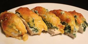 Virkelig lækre kyllingefileter fyldt med spinat, ricotta og hvidløg og toppet med smeltet ost, der tilsammen giver en fantastisk smagskombination og et dejligt mørt stykke kød.