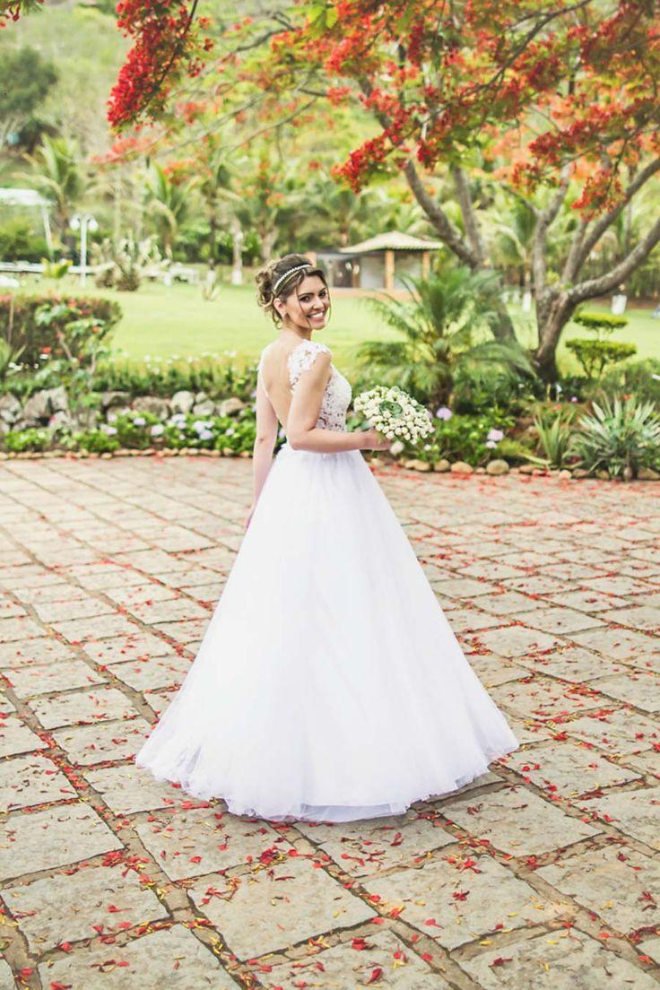 """O vestido da Rhaissa foi daqueles de princesa, com tudo o que tinha direito: aplicação de renda (que trabalho mais delicado!), saia de tule""""em A"""", transparência e uma linda tiara para arrematar o look deslumbrante de noiva!"""