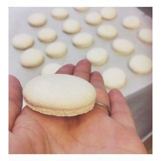 Po delší pauze první makronky.. Na první pokus v profi troubě super . #macarons #foodporn #foddie #instabaking #czechgirl