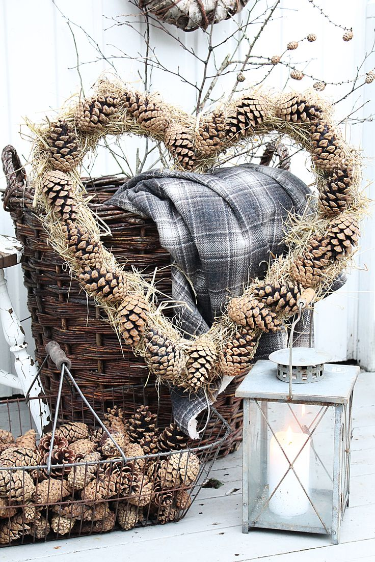 Je kunt ook dennenappels voor een krans gebruiken. die vallen minder uit. Geef het pronkstuk een plek in je winterhuis of in je tuin. .#mand #leenbakker