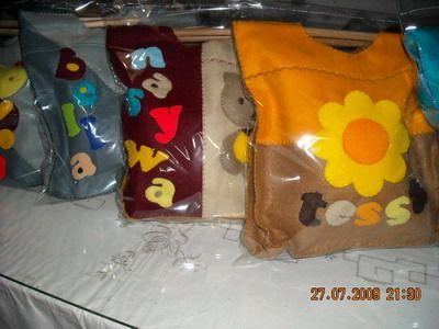 Tas Souvenir Ulang Tahun Anak Colorful Goody Bag cocok untuk dibagikan sebagai gift ulang tahun kepada teman-teman buah hati anda. Ukuran : 30 cm x 8 cm x 28cm Bahan: flanel, dengan bagian dalam berfuring Jinjingan dari kayu