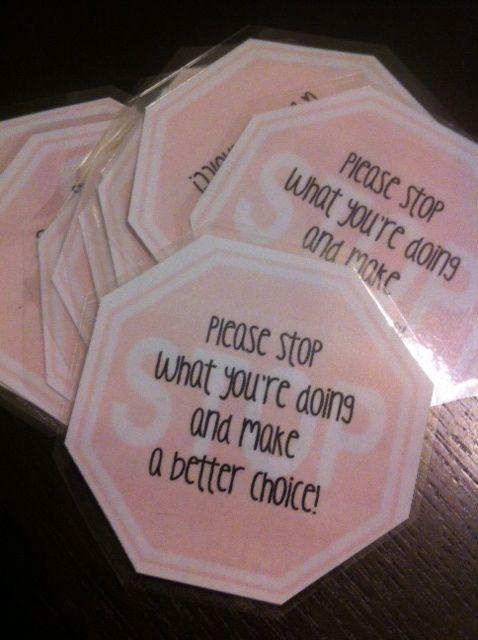 In plaats van een brul geven in de klas, naar een leerling lopen en hem een stopkaart overhandigen. Stop en denk na, maak een betere keuze.