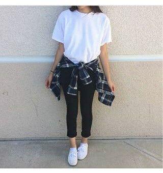 Oufit Muy Casual Camisa A Cuadros Amarrada Ala sintura Zapatos Muy Comodos Blancos Blusa Blanca Legis Negros