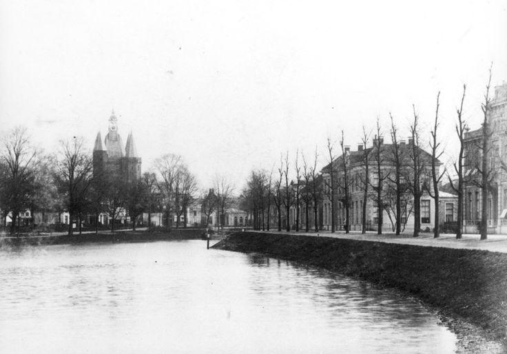 Het Klein Weezenland, later Burgemeester van Roijensingel geheten, gelegen in de Stationsbuurt in Assendorp. Op de achtergrond de Sassenpoort voor de restauratie van 1894.