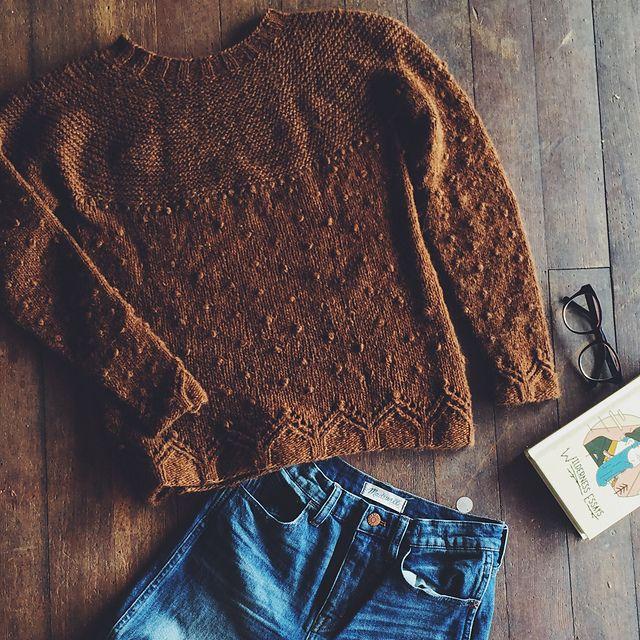 un petit bijou de pull tricoté sans couture, avec des textures différentes, des points ajourés.
