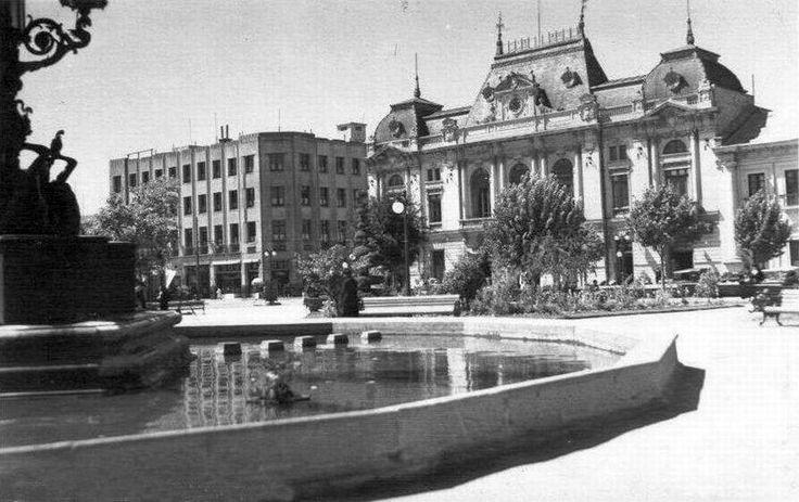 Pileta de la Plaza de la Independencia y Municipalidad de Concepción en 1950.