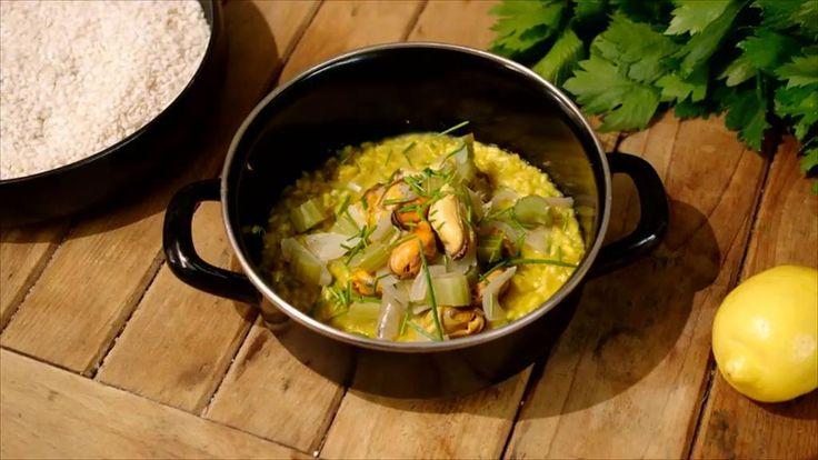 Risotto en vis zijn samen goud op je bord. Dit keer werkt Jeroen de klassieke Italiaanse rijstbereiding af met een portie mosseltjes en flink wat boter. Dat het smaakt!