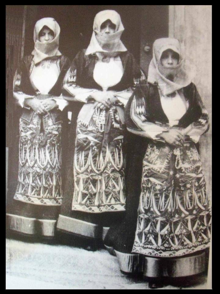 Orgosolo,  donne in  abito tradizionale