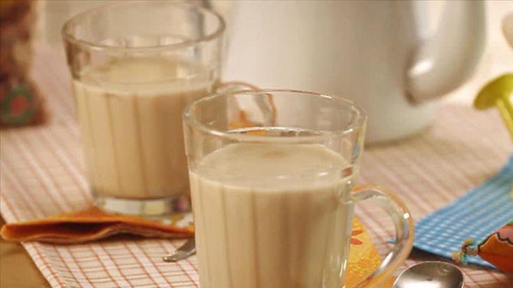 Nada melhor que um chá de amendoim para esquentar sua Festa Junina. Além de saboroso, é muito fácil de preparar. Veja aqui o vídeo da receita.