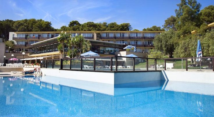Aparthotel Comtat Sant Jordi Platja d'Aro Aparthotel Comtat Sant Jordi offers a seasonal outdoor swimming pool, a supermarket and restaurant. It is just 150 metres from Bella Dona Beach and 1 km from central Platja d'Aro.