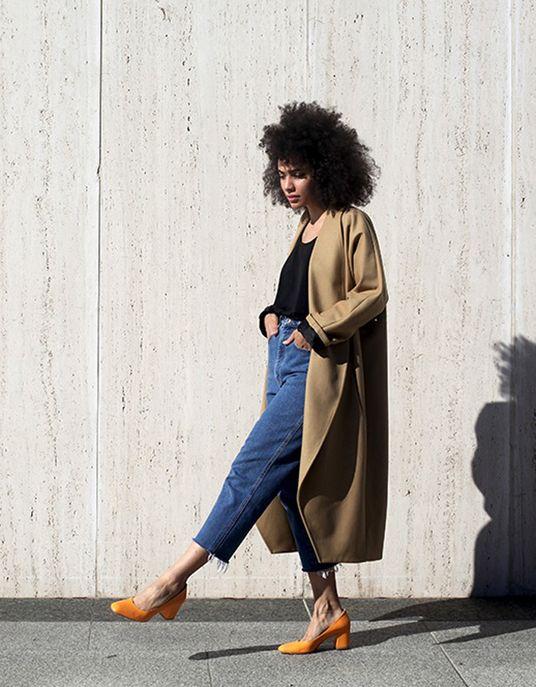 Un manteau beige et des chaussures jaunes