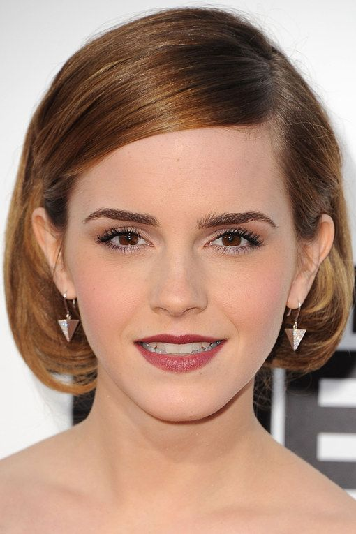 La coiffure au carré d'Emma Watson, raie sur le côté et longueur nette et soignée, une bonne idée coiffure pour dégager le regard et mettre en valeur son cou