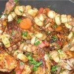 Курица в красном вине Для приготовления блюда Курица в красном вине необходимы следующие ингредиенты: курица, 150 гр грибов, две луковицы, масло растительное, столовая ложка муки, 2 зубчика чеснока, лавровый лист, 500 мл сухого вина красного, 50 мл коньяка.