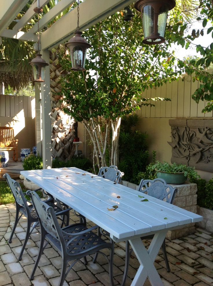 Outdoor dining under the pergola at Casa Jacaranda in South Texas.