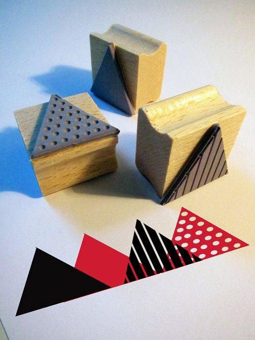 Étampes en caoutchouc - formes triangulaires avec différents motifs - montées sur bases de bois