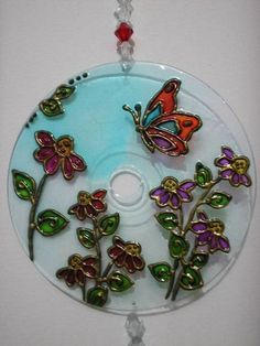 Mandala em CD - Motivo Infantil, colorida com verniz vitral e tinta relevo. R$ 25,00