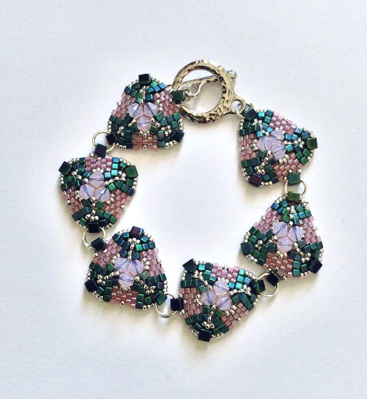 Bracelet en perles de couleur rose et bleu vert : Bracelet par atelier-de-delphine