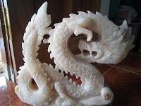 PATUNG ONIX NAGA _ jenis patung Onix yang paling laris di Tulungagung adalah Patung Kuda  meringkik yang pernah saya posting beberapa waktu yang lalu,sedangkan yang kedua adalah jenis Patung Onix Naga.Nach konon ceritanya ,patung ini   masih terkait dengan legenda besar Sejarah China , yakni terkait dengan sebuah cerita tentang pertarungan Naga Hitam dan Naga Putih, sebuah riwayat yang menggambarkan tentang pertarungan energi buruk dan energy baik,