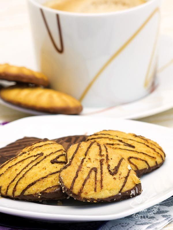 Cornmeal biscuits and chocolate - I Biscotti alla farina di mais e cioccolato sono una tentazione alla quale non si può rinunciare. Da regalarsi e regalare, conservati in scatole di latta! #biscottifarinamaiscioccolato