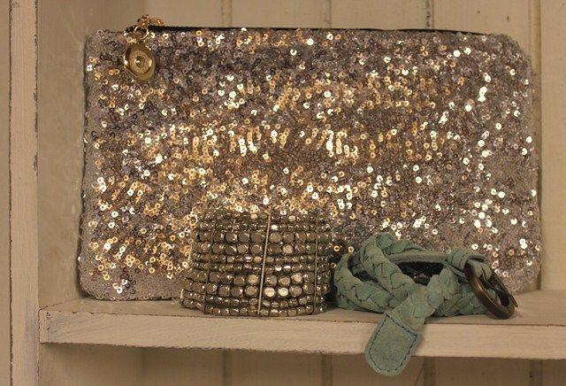 Sølv gave til studenten med sølv paliet clutch til 99,-, bredt elastik armbånd i sølv metal til 99,- og tyndt flettet ruskindsbælte til 249,-    Det hele findes her: www.tankestrejf.dk