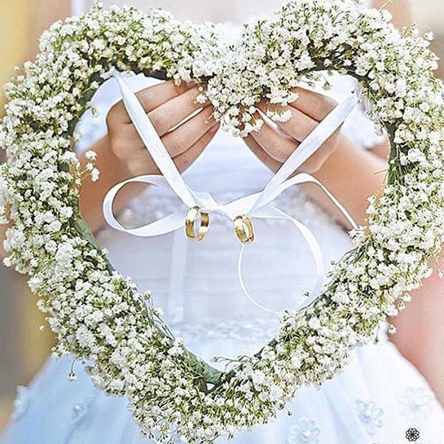 What a cute way of presenting the rings!!! ✨✨ #weddingrings