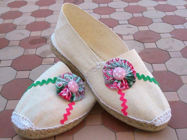 Aquí os dejo estas alpargatas beige decoradas con rosa y verde que son unos colores que quedan muy bien en este tiempo casi de veranito. Yo ...