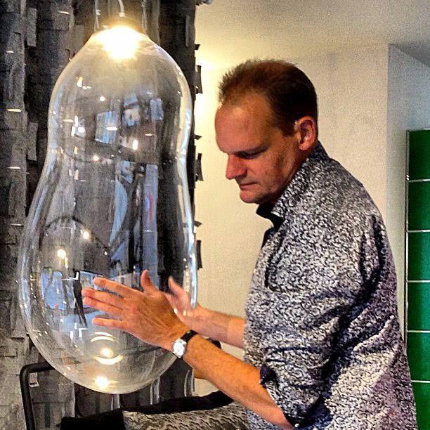 Big Bubble' van Alex de Witte Magie, speelsheid en schoonheid verenigd in één ontwerp, dat is The Big Bubble lamp van Alex de Witte. Het idee voor The Big Bubble is ontstaan tijdens het bellenblazen. Een organische manier van creëren. Verwondering en de schoonheid van reflecties in het glas wilde hij vangen in een eindproduct. Een eindproduct dat steeds uniek en anders van vorm is, mede door reflecties van de omgeving waarin het hangt.