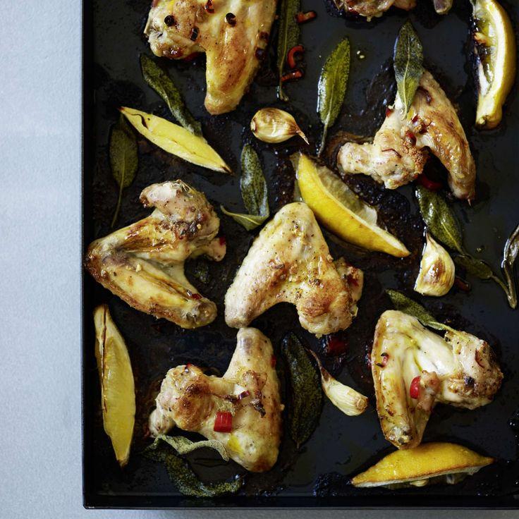 Knusprige Pouletflügeli mit Zitrone und Salbei. Ein knuspriges Hauptgericht sind die Pouletflügeli – mit Peperoncino, Kaffeerahm, Knoblauch und Zitrone im Ofen gebacken. Schmeckt mit Bratkartoffeln.