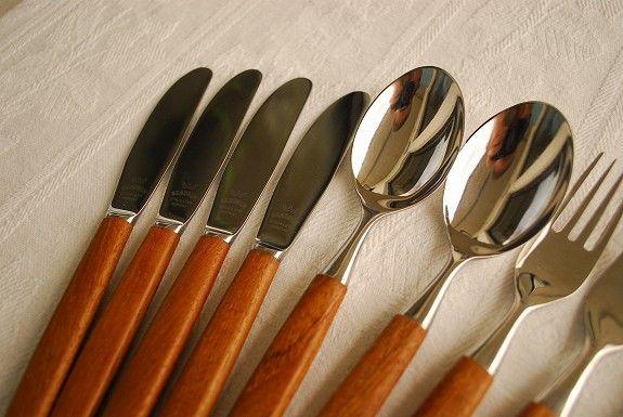 Skaugum bestikk i teak 6 gafler, 4 kniver og 2 skjeer. Kjempefine.